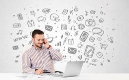 Junger Geschäftsmann mit aller Art von Hand gezeichnete Medienikonen in BAC Lizenzfreies Stockfoto
