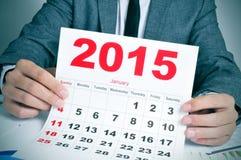 Junger Geschäftsmann mit einem Kalender 2015 Stockfotografie