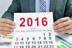 Junger Geschäftsmann mit einem Kalender 2016 Stockfotografie