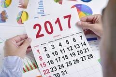 Junger Geschäftsmann mit einem Kalender 2017 Stockbilder
