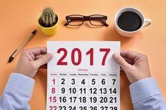 Junger Geschäftsmann mit einem Kalender 2017 Stockbild