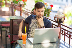 Junger Geschäftsmann mit einem Laptop Lizenzfreie Stockfotografie
