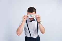 Junger Geschäftsmann mit einer Bezeichnung von 100 Dollar Lizenzfreies Stockfoto