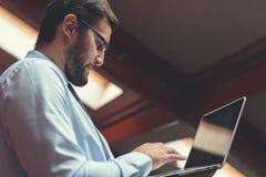 Junger Geschäftsmann mit Laptop Lizenzfreie Stockfotografie