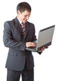 Junger Geschäftsmann mit Laptop. Stockfoto