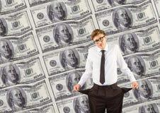 Junger Geschäftsmann mit leeren Taschen Muster von 5000 Rubeln Rechnungen Stockfoto