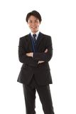 Junger Geschäftsmann mit seinen Armen gefaltet Lizenzfreie Stockfotos