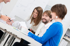 Junger Geschäftsmann mit seinen weiblichen Mitarbeitern Stockfotografie
