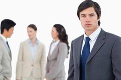 Junger Geschäftsmann mit sprechenteilnehmern Stockbild