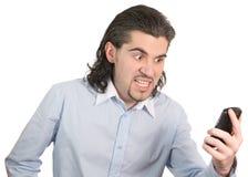 Junger Geschäftsmann schaut auf seinem Handy Stockfoto