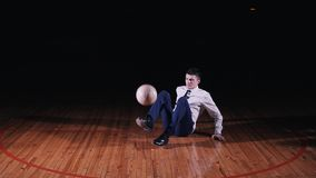 Junger Geschäftsmann spielt Fußballfußball auf schwarzem Hintergrund stock footage