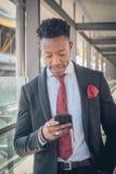 Junger Geschäftsmann steht oben außerhalb des Flughafens, der Th betrachtet lizenzfreie stockfotos