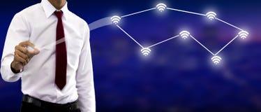 Junger Geschäftsmann Study der Linie Diagramm vom wirtschaftlichen auf dem wifi 3D Schirm stockfotografie