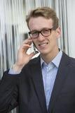 Junger Geschäftsmann am Telefon Stockfotos
