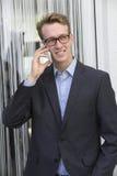 Junger Geschäftsmann am Telefon Stockfotografie