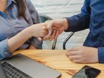 Junger Geschäftsmann und Frau, die Hände für Coworking rüttelt Teamwork, Teilhaber-Konzept lizenzfreie stockfotos