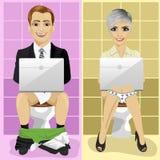 Junger Geschäftsmann und Frau, die Laptops auf Toilette verwendet Stockbild