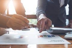 Junger Geschäftsmann und Partner, die auf Finanzbericht für zeigt stockbilder