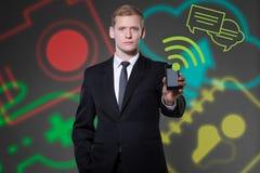 Junger Geschäftsmann unter Verwendung der modernen Technologien Stockbild