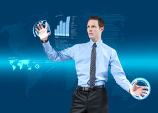 Junger Geschäftsmann unter Verwendung der neuen Technologien Stockbilder