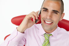 Junger Geschäftsmann unter Verwendung des Mobiltelefons Lizenzfreie Stockfotografie