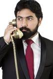 Junger Geschäftsmann unter Verwendung des Weinlesetelefons Lizenzfreie Stockfotos