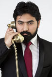 Junger Geschäftsmann unter Verwendung des Weinlesetelefons Stockfoto