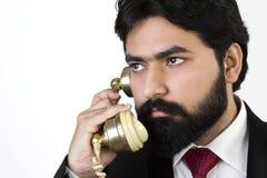 Junger Geschäftsmann unter Verwendung des Weinlesetelefons Lizenzfreie Stockfotografie