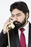 Junger Geschäftsmann unter Verwendung des Weinlesetelefons Lizenzfreies Stockfoto