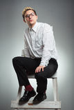 Junger Geschäftsmann untersucht den Abstand in der Karriereleiter Stockfotografie