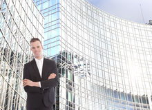 Junger Geschäftsmann vor Bürogebäude Stockbild