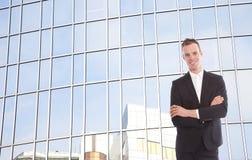 Junger Geschäftsmann vor Bürogebäude Stockbilder