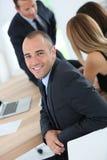 Junger Geschäftsmann, welche an Sitzung teilnimmt Stockfoto