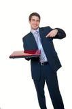 Junger Geschäftsmannholdinglaptop, der auf ihn zeigt lizenzfreie stockfotos