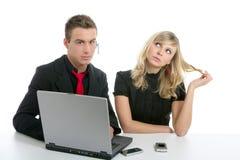 Junger Geschäftspaarlaptop getrennt auf Weiß Stockbild