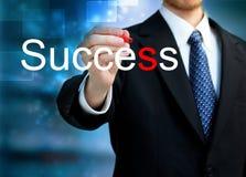 Junger Geschäftsmann, der den Wort Erfolg schreibt Lizenzfreie Stockfotos