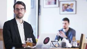 Junger Geschäftsmann, der Kopfschmerzen hat stock footage