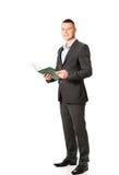 Junger Geschäftsmann, der sein Anmerkungsbuch liest Stockfotos