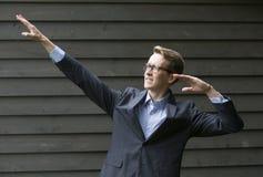 Junger Geschäftsmann in der Siegerhaltung Stockfotografie