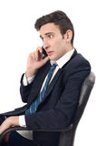 Junger Geschäftsmann, der am Telefon spricht. Lizenzfreies Stockfoto