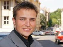Junger Geschäftsmann in einer hellen Klage Lizenzfreies Stockfoto