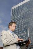 Junger Geschäftsmann mit Laptop Stockbild