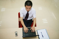 Junger Geschäftsmann in seinem Büro Stockfotografie
