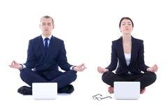 Junger Geschäftsmann und schöne Geschäftsfrau, die im Yoga sitzt Stockfotos