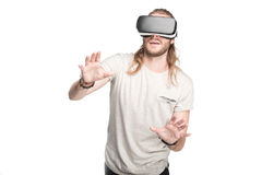 Junger gestikulierender Mann bei der Anwendung des Kopfhörers der virtuellen Realität Stockbilder