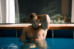 Junger gesunder Mann mit muskulösem Körper stockbild