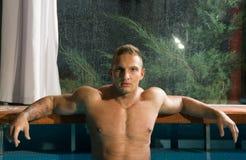 Junger gesunder Mann mit muskulösem Körper stockfotos