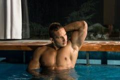 Junger gesunder Mann mit muskulösem Körper Lizenzfreies Stockbild