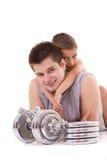 Junger gesunder Mann und Sohn trainieren an der Gymnastik Stockbild