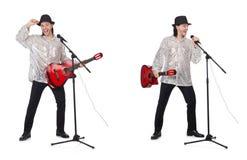 Junger Gitarre spielender und singender Mann stockfoto